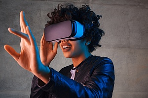 woman on an exciting date idea of virtual reality
